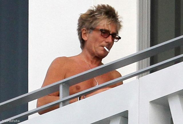 Rod Stewart a szálloda erkélyén dohányzik