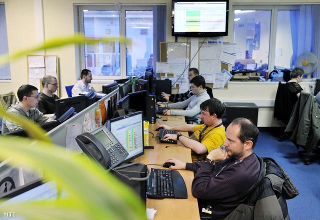 Dolgozók egy multinacionális cég hazai leányvállalalatának irodájában