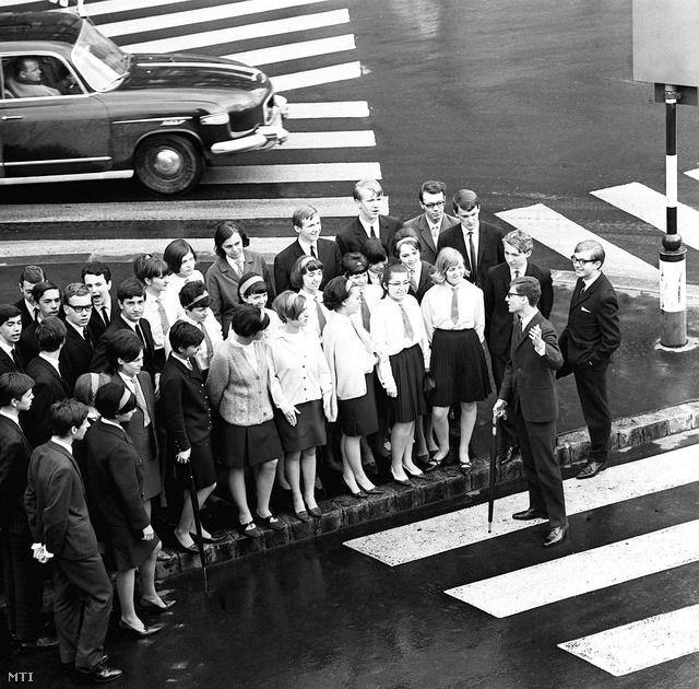 Szebellédy egy az MTI számára készült 1967-es képe: Idegenvezetési gyakorlat egy belvárosi gyalogátkelőnél.