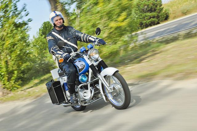 Schmidt László eredeti rendőrségi bőrruhában motorozik