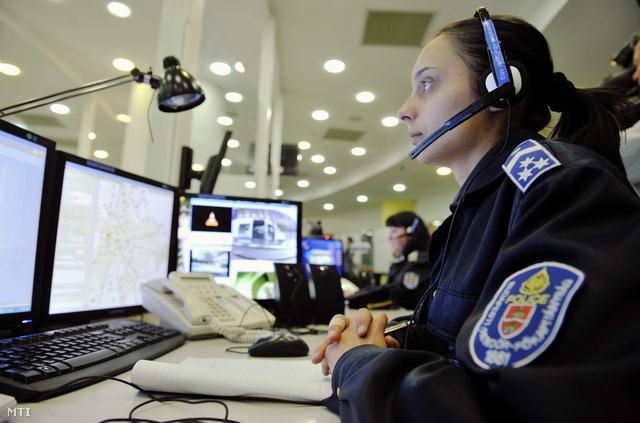 2012. április 1. Diszpécser dolgozik a BRFK központi ügyeletén