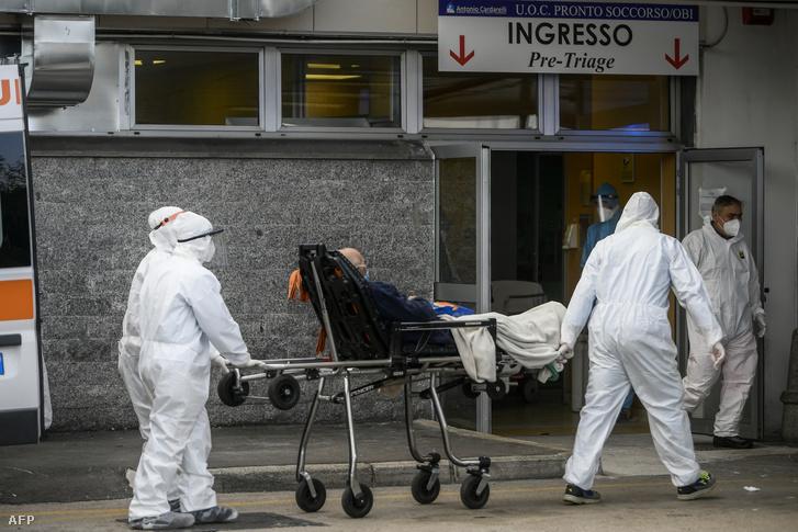 Kórházba visznek egy beteget Nápolyban
