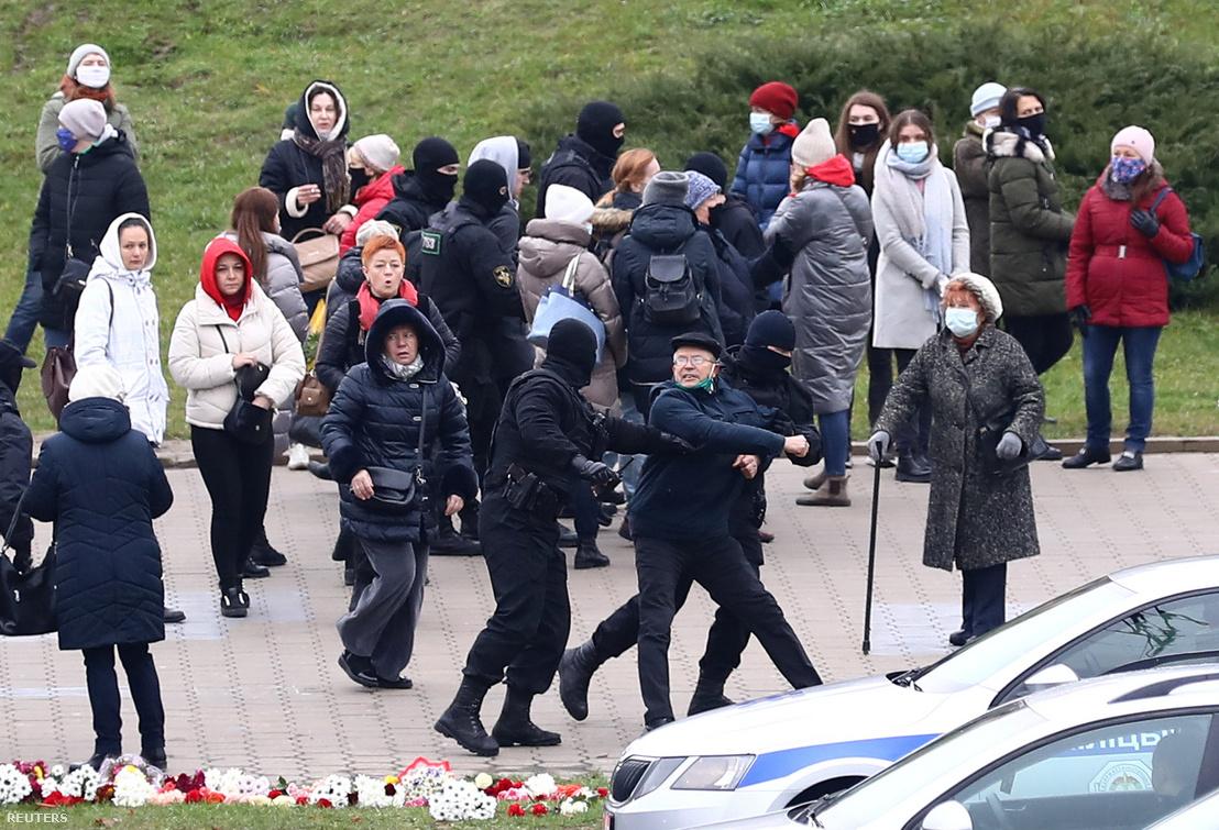 Ellenzéki tüntető férfi reakciója a rendőri elvezetésre Minszkben 2020. november 15-én