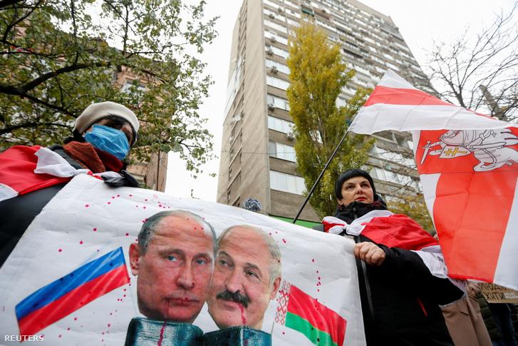 A belorusz ellenzéki tüntető, Roman Bondarenko halála miatt Vlagyimir Putyin és Alekszandr Lukasenko képével tüntetők Kijevben 2020. november 13-án