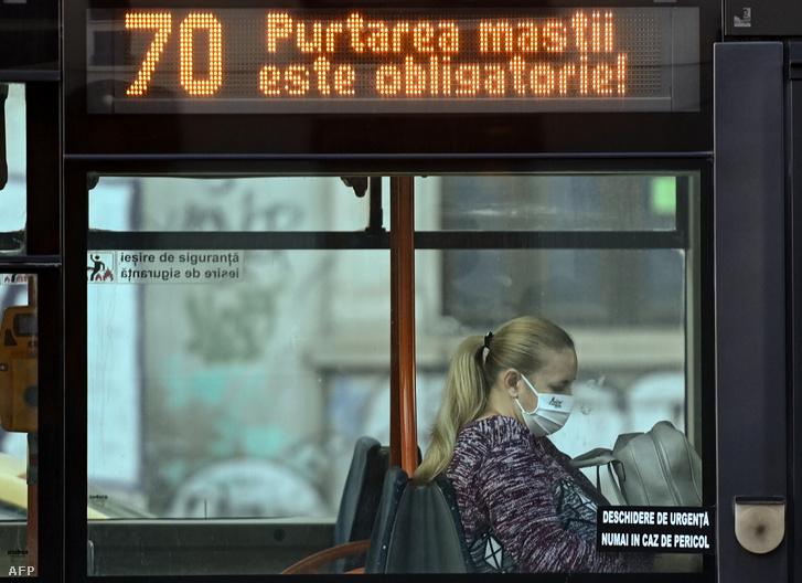Nő utazik maszkban egy bukaresti járaton 2020. október 22-én