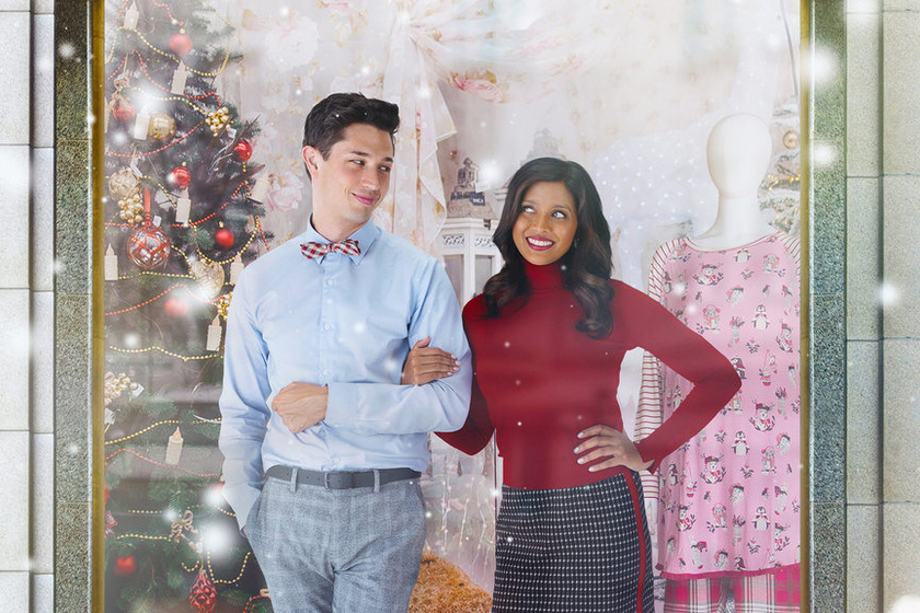 Jennifer Clare, a bűnügyi riporter rendhagyó feladatot kap karácsonykor, mégpedig azt, hogy nyomozza ki a karácsony valódi értelmét. A nő ezért álruhába bújva eladónak áll a Black Friday napjától karácsonyig, 9 órától 5-ig egy üzletben, ahol teljesen felfordul az élete, és egy férfival is találkozik. Jill Carter romantikus filmje, a Karácsony 9-től 5-ig elérhető a HBO GO-n.
