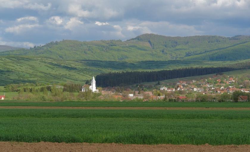 Pürkerec falu a Bodzafordulói-hegyek előtt.