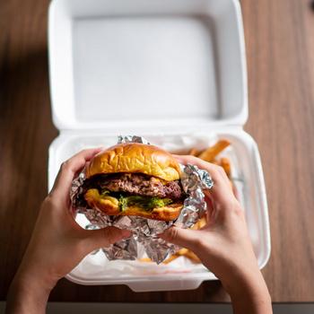 Házhoz jön a hamburger - Honnan érdemes rendelni, és melyik helyeket nem ajánljuk?