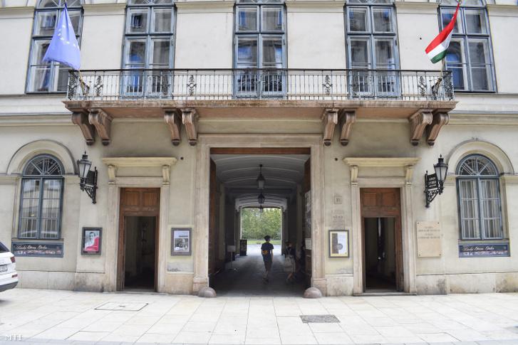 A Petőfi Irodalmi Múzeum bejárata a Károlyi utca 16-ban az V. kerületben.