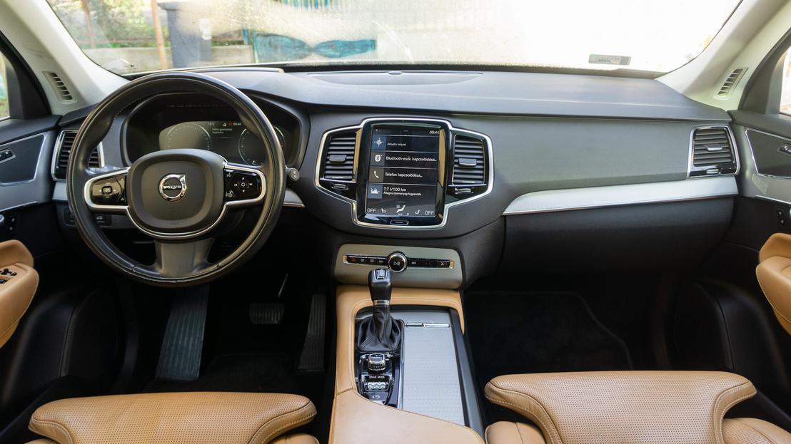 Nagyon letisztult és modern ez a Volvo-belső, de túltolták a gombtalanítást