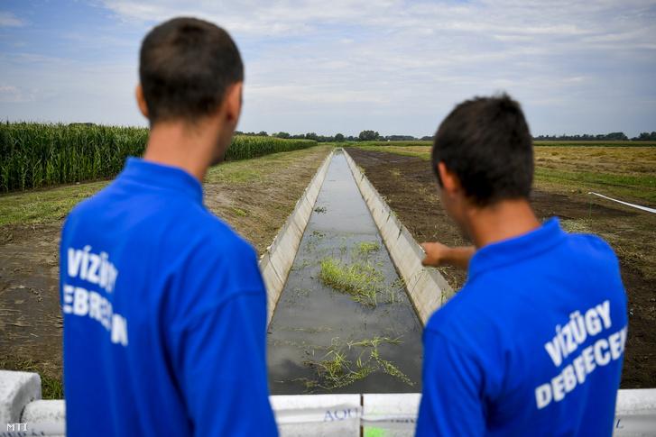 A Tiszántúli Vízügyi Igazgatóság munkatársai a Derecskei-főcsatorna korszerűsített szakaszán Derecske térségében 2020. július 29-én. A Környezeti és Energiahatékonysági Operatív Program keretében több mint hárommilliárd forintos európai uniós és hazai támogatásból zajlik a főcsatorna korszerűsítése. A várhatóan jövő év augusztusáig tartó munkálatok eredményeként javulni fog a térség öntözési lehetősége és a káros vizek elvezetése.