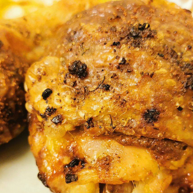 Aranybarnára sült, gombával töltött csirkecombok: a töltelékből fasírt is készülhet