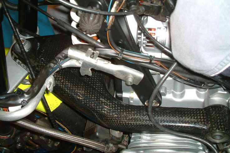 2005-ös versenygép, a Telelever lengőkarján karbon védővel