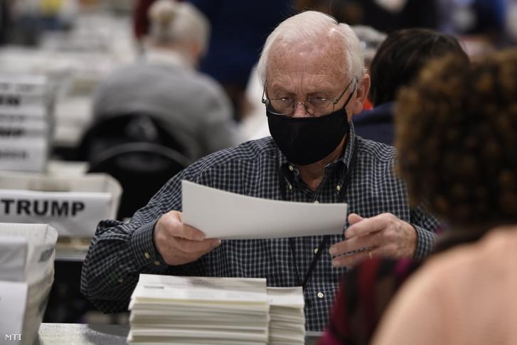 A Georgia állambeli Cobb megye választási biztosai szavazólapokat válogatnak