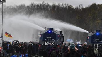 Több mint hetven rendőr sebesült meg a szigorítások elleni berlini tüntetésen