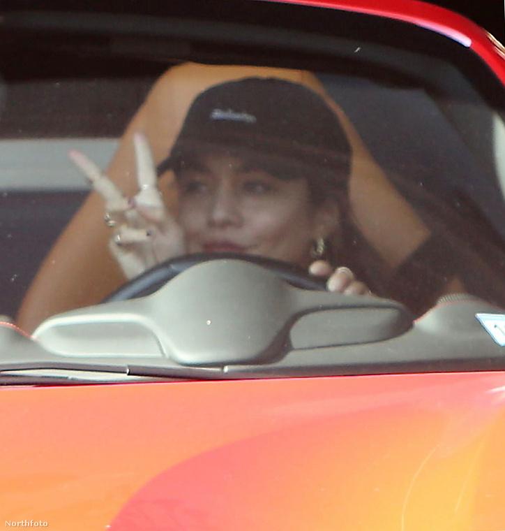 Igen, ezt a Ferrarit Vanessa Hudgens vezeti West Hollywoodban, éppen a Dogpound nevű konditerembe igyekezve.