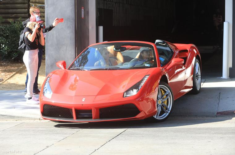 Egy ilyen kabrió Ferrari celebsofőrrel a jelek szerint még West Hollywoodban is feltűnést kelt.