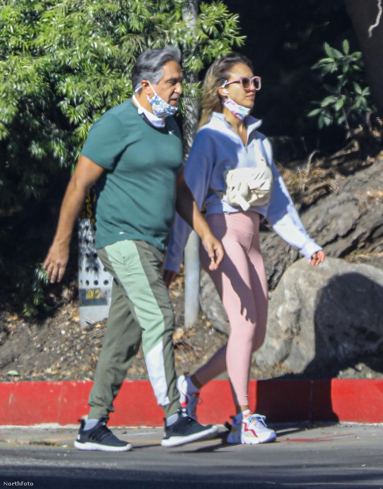 Jessica Alba színésznő november 19-én, egy verőfényes csütörtöki napon elment sétálni az édesapjával, Los Angelesben.