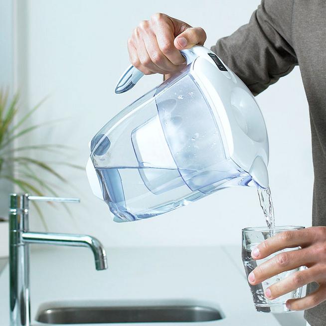 Érdemes vízszűrő kancsóra költeni? Ezektől az anyagoktól tisztítja meg a vizet