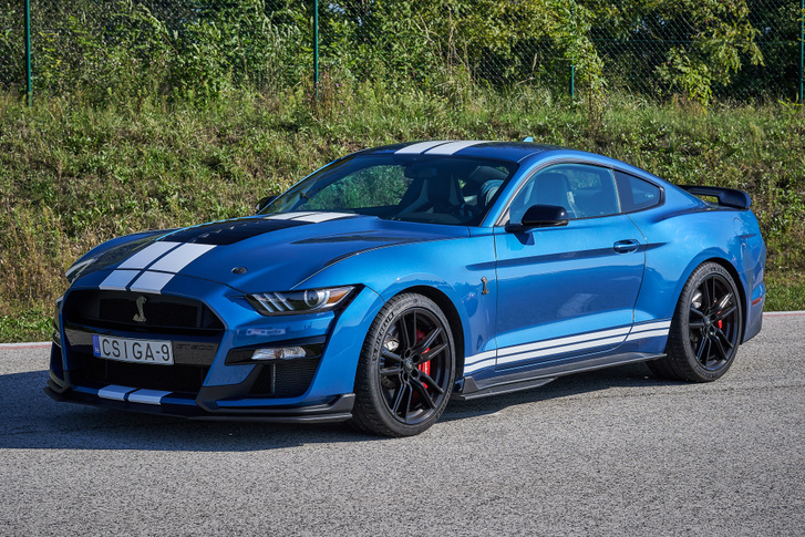 Mivel mindennel felszerelték, a GT500 nehezebb a széria Mustang GT-nél. Dehát mire való 300 plusz lóerő?