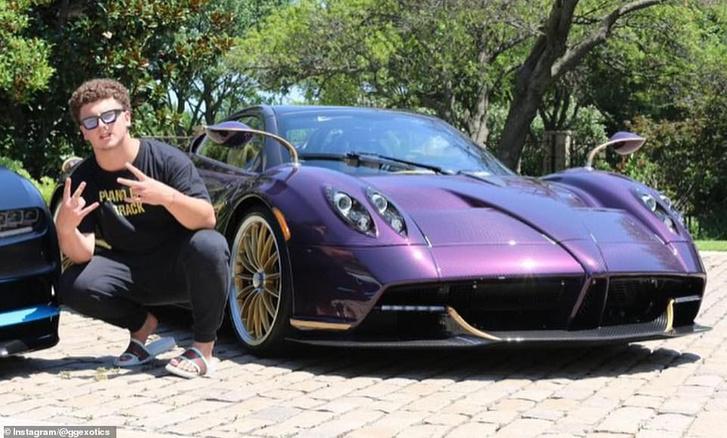 Itt még egyben a lila szupersportkocsi