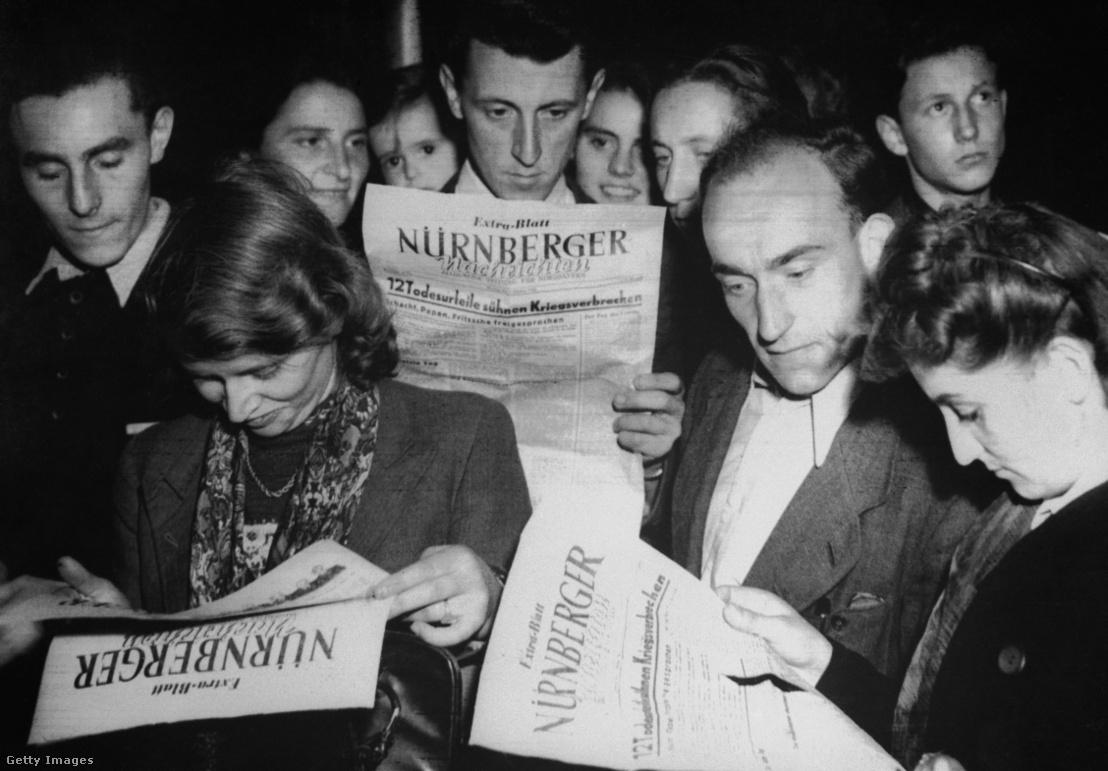 Újságot olvasó emberek Németországban 1946-ban