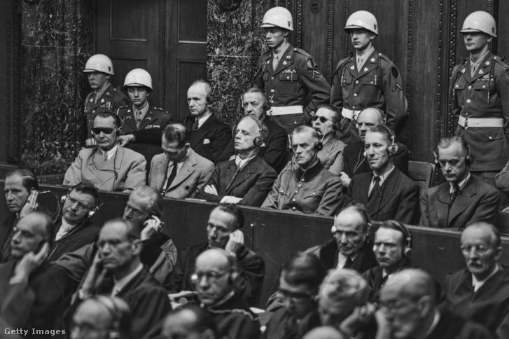 1946 szeptembere – Hermann Göring, Rudolf Hess, Joachim von Ribbentrop, Wilhelm Keitel, Ernst Kaltenbrunner és Alfred Rosenberg. Mögöttük Karl Dönitz, Erich Raeder, Baldur von Schirach és Fritz Sauckel