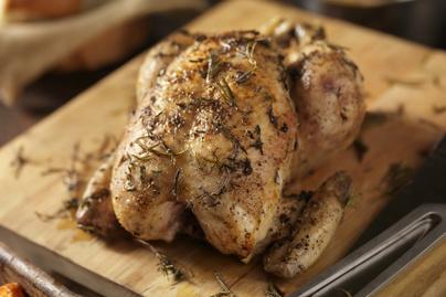 Fokhagymás-kakukkfüves csirke egészben sütve: fejedelmi fogás kevés munkával