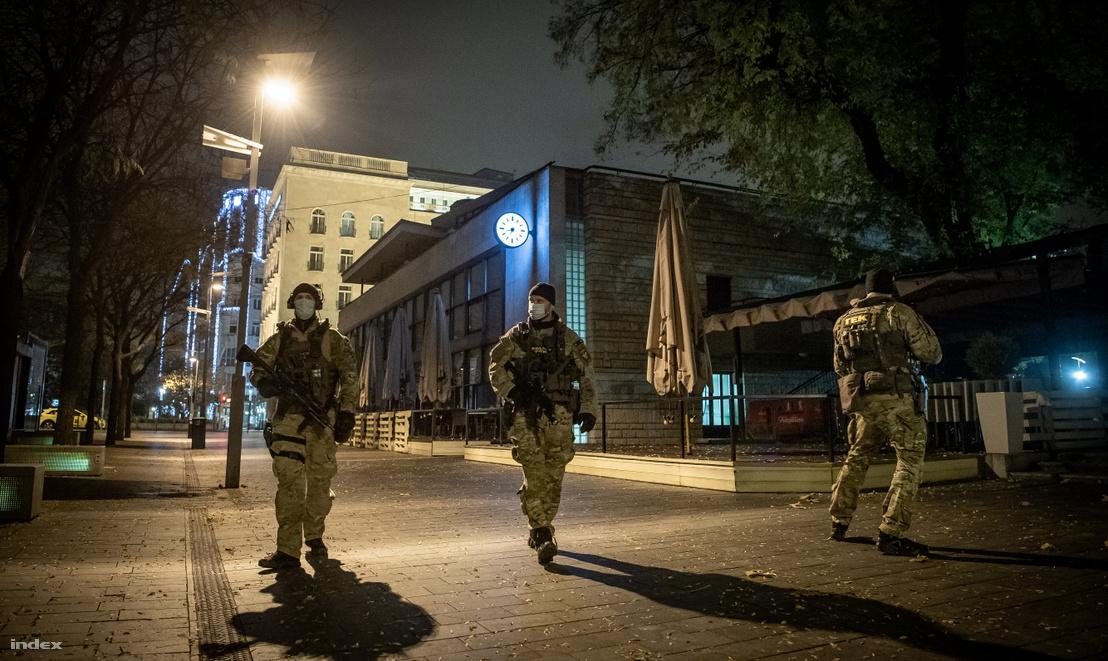 TEK-esek a kijárási tilalom első estéjén Budapesten 2020. november 11-én