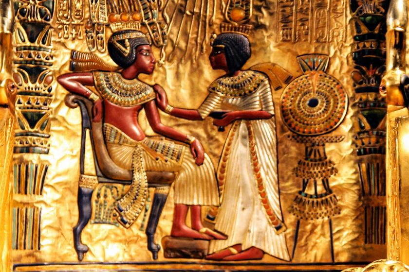 A fáraó és felesége képmása Tutanhamon trónszékének háttámláján.