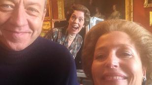 Elég vicces képeket posztol Gillian Anderson A korona forgatásáról és nemi szervekről