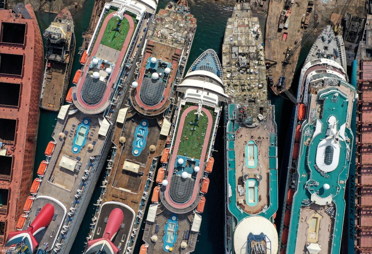 Drónfelvétel leselejtezett tengerjáró hajókról a törökországi Izmirben 2020. október 2-án.