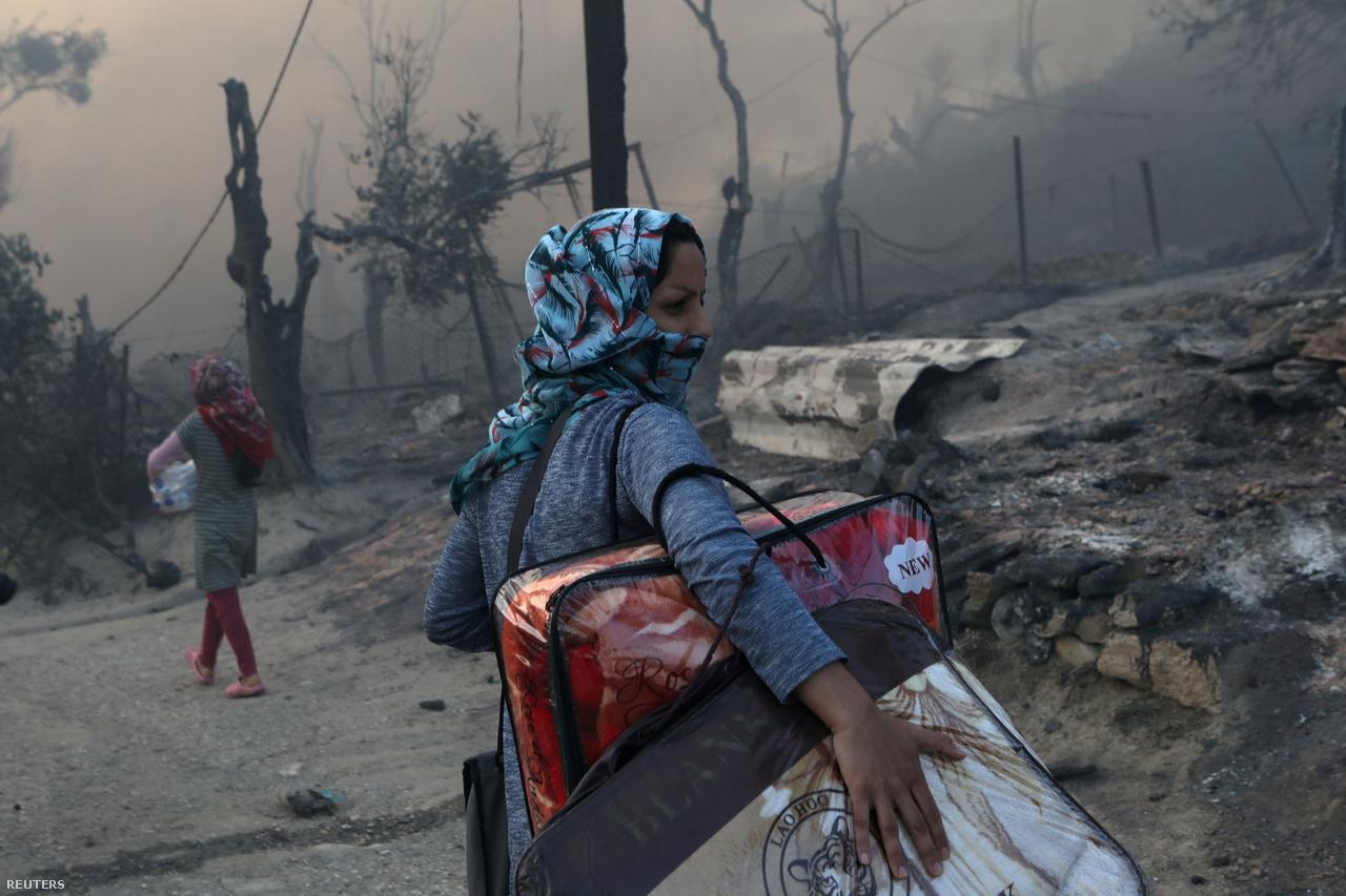 Menekült személyes holmijával a Moira menekülttáborban kiütött tűz után a görögországi Leszbosz szigetén 2020. szeptember 9-én.