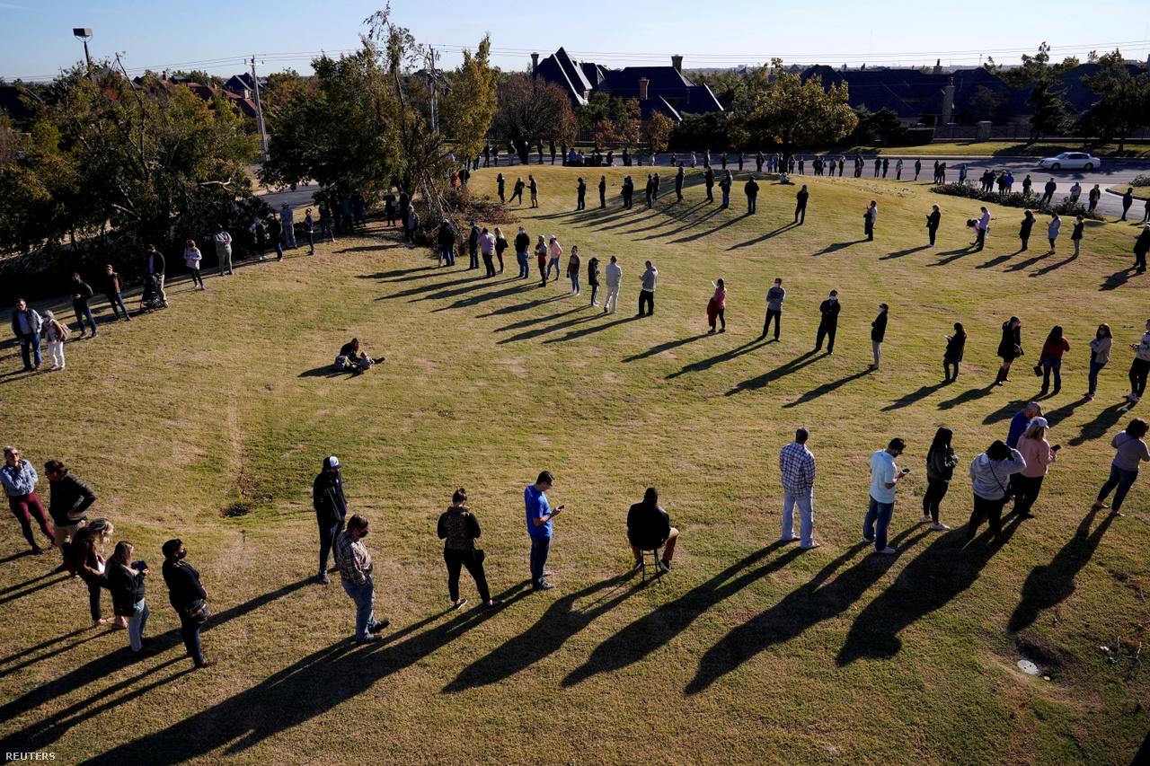 Szavazók állnak sorba hogy leadhassák voksukat az amerikai elnökválasztáson, Oklahoma City-ben 2020. november 3-án.