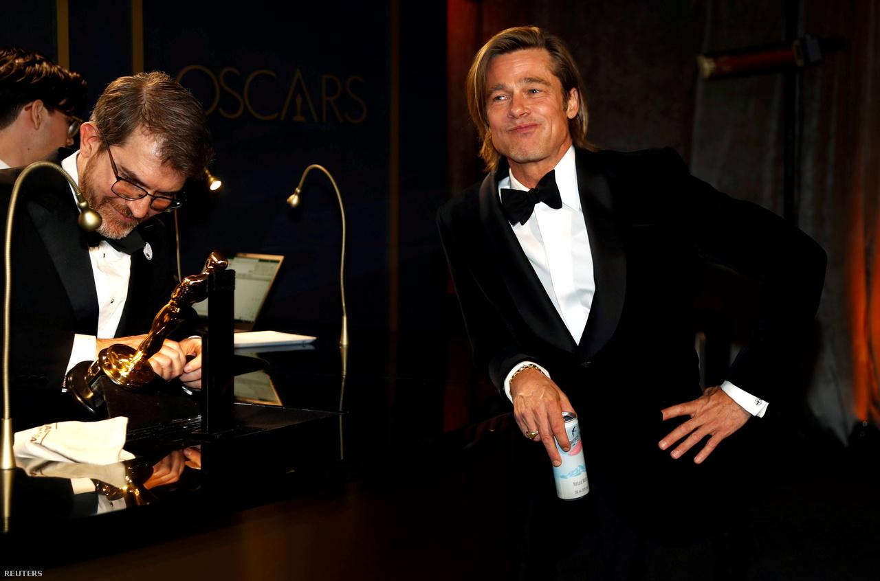 Brad Pitt arra vár, hogy nevét belegravírozzák Oscar-díjába a díjátadót követően 2020. február 9-én.