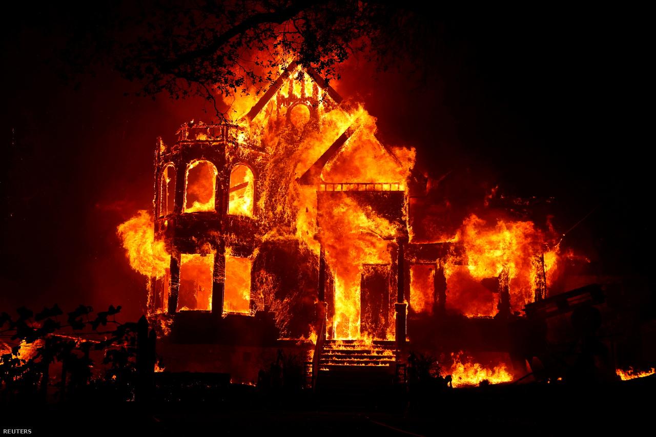 Lángoló ház a Kaliforniai St. Helenában, 2020. szeptember 27-én.