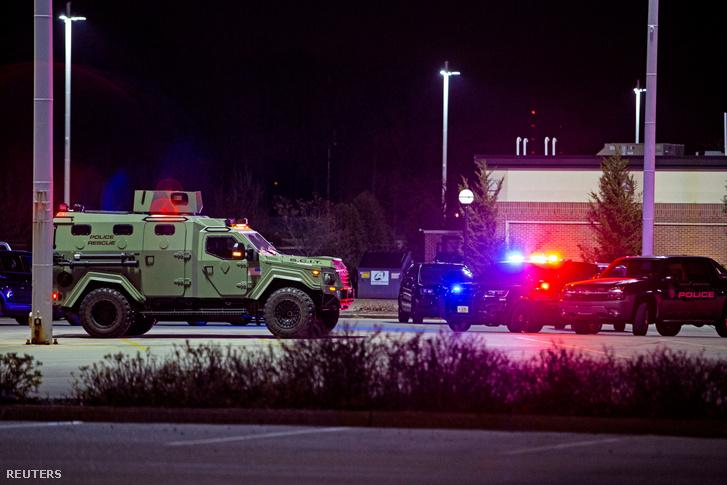 Különleges rendőri járművek biztosítják a helyszínt Wauwatosában.