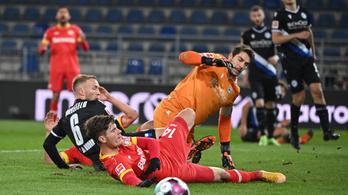 Elképesztő öngólt hozott össze a Leverkusen kapusa