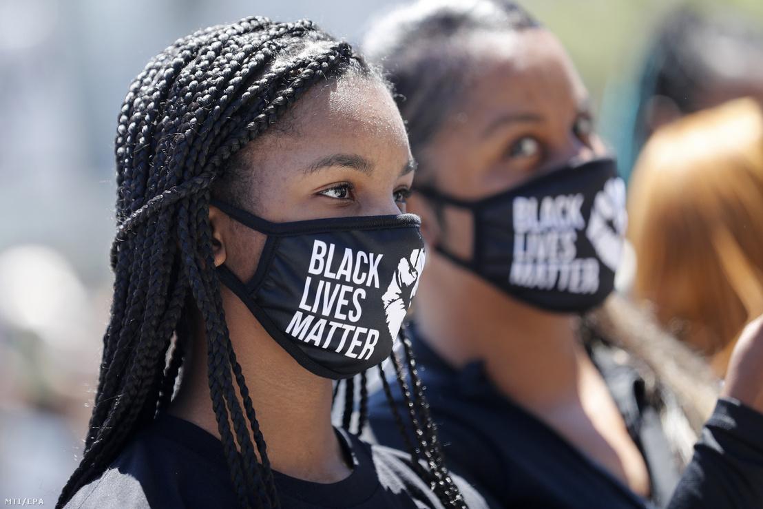 A rendőri erőszak áldozatává vált afroamerikai George Floyd temetése alkalmából rendezett megemlékezés résztvevői a San Franciscó-i városháza előtt 2020. június 9-én