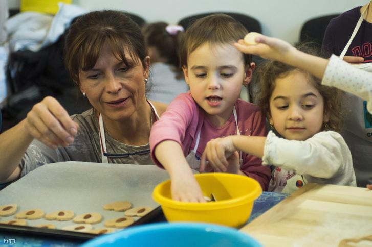 Lévai Anikó 2013. november 26-án gyerekekkel készít mézeskalács szíveket.