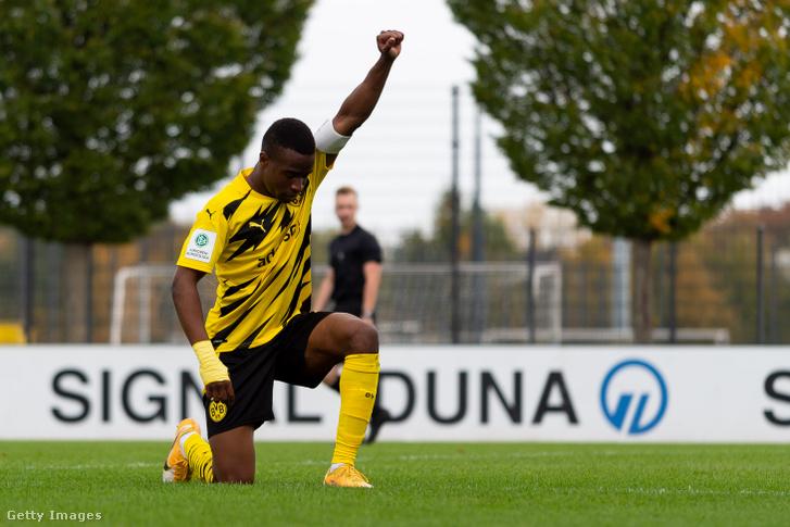 Így ünnepelte első gólját Youssoufa Moukoko a Rot-Weis Essen elleni U19-es bajnokin 2020. október 24-én