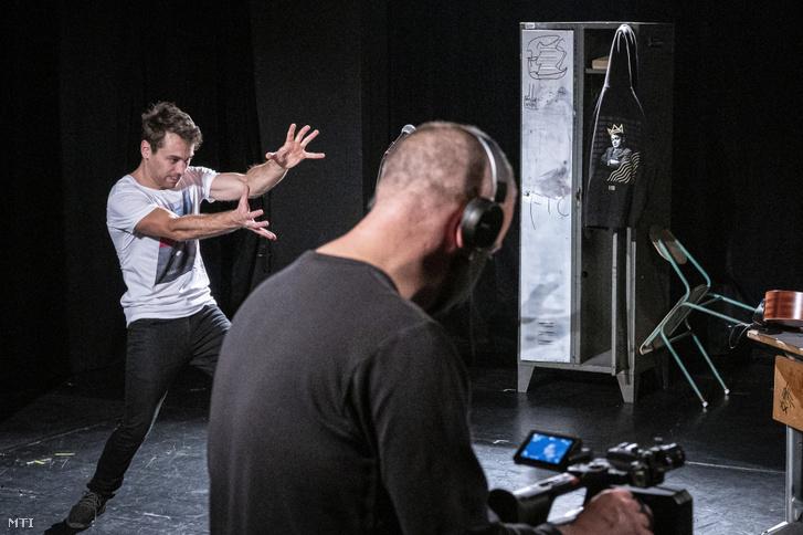 Hunyadi Máté, a darab főszereplője a Kötelezők szabadon című előadás internetes streamjének felvételén a Pesti Magyar Színházban 2020. november 14-én
