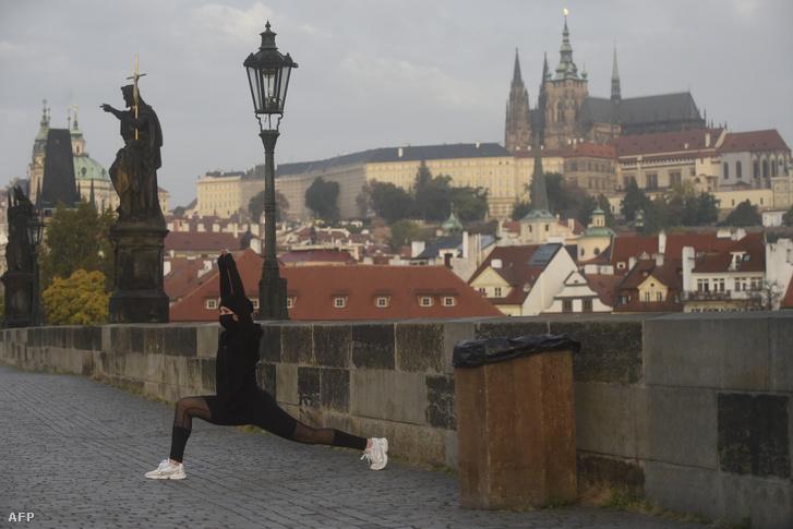 Egy kocogó az üres Károly hídon Prágában a járvány alatt 2020. október 22-én.