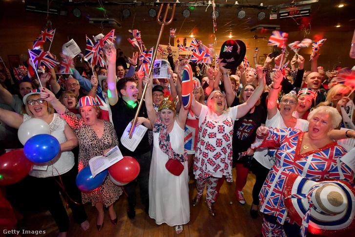 Vendégek ünnepelnek Warringtonban, az Egyesült Királyságban egy brexitbulin 2020. január 31-én, amikor elhagyták hivatalosan az Európai Uniót