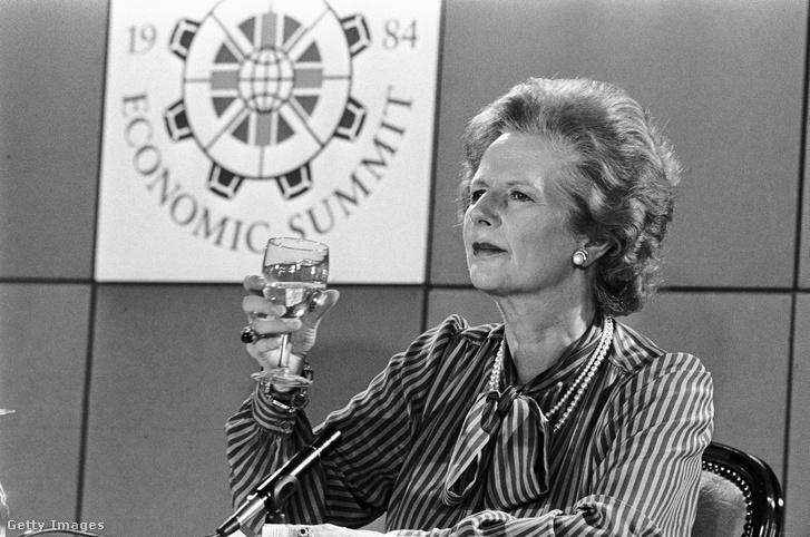 Margaret Thatcher köszöntőt mond az Európai Gazdasági Találkozón 1984-ben Londonban