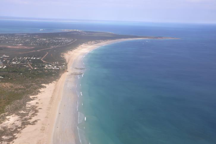 A 2020. november 22-én közreadott légifelvételen a nyugat-ausztráliai Broome város Cable Beach nevű tengerparti strandja 2014. június 24-én.