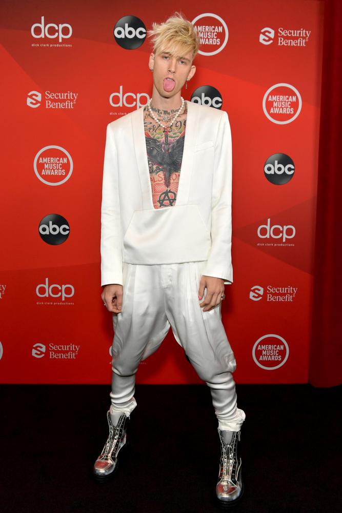 Visszatérve az American Music Awardra, az énekes két dalát is előadta, de már a vörös szőnyegen, Foxtól függetlenül is kijárt neki a figyelem, köszönhetően extrém, mellkastetoválását láttatni engedő ruhájának