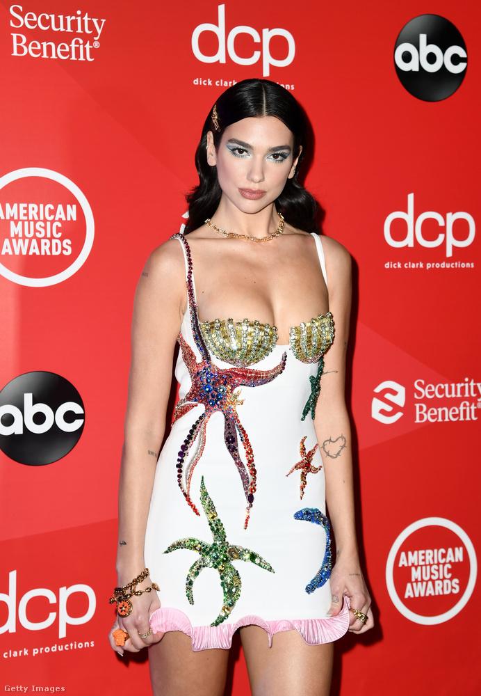 Nem maradt el az idei American Music Awards, sőt, a díjátadó vörös szőnyegén végiglépkedő sztárok többnyire maszk nélkül, mélyen dekoltált ruhában pózoltak