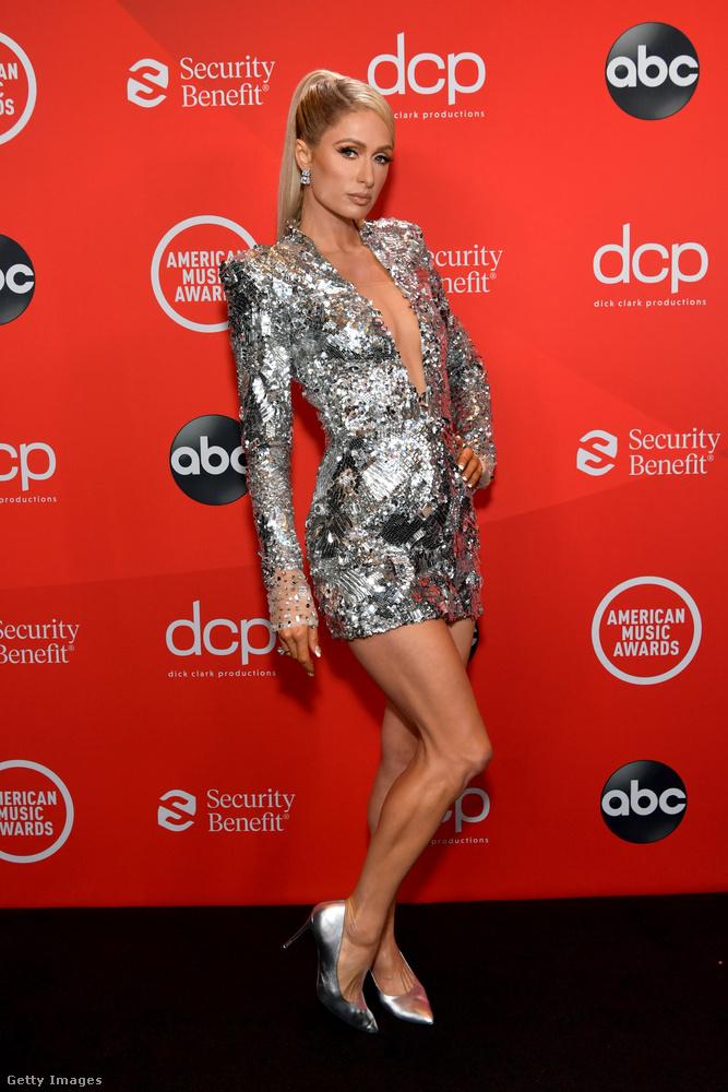 Persze, hogy Paris Hilton sem hiányozhatott a buliból, akinek idén nemcsak egy dokumentumfilmje, hanem egy videóklipje is megjelent
