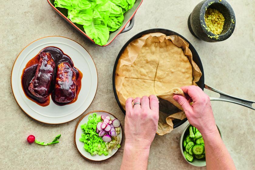 Hoisin szószos szűzérme lepénnyel és sok zöldséggel, ahogy Jamie Oliver készíti